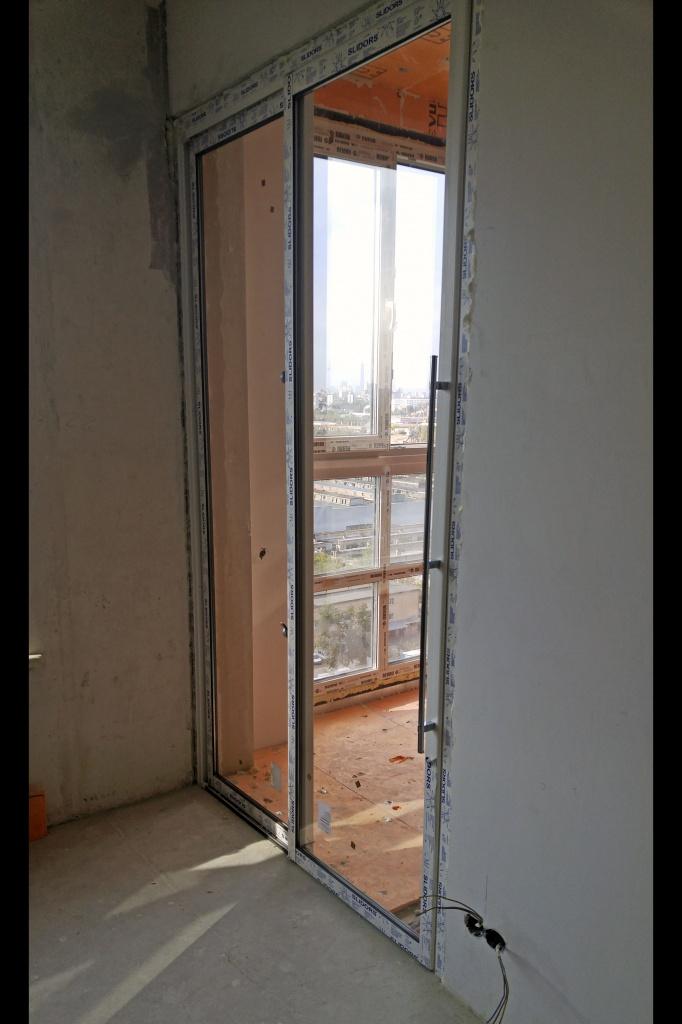 Раздвижная перегородка-дверь между кухней и спальней